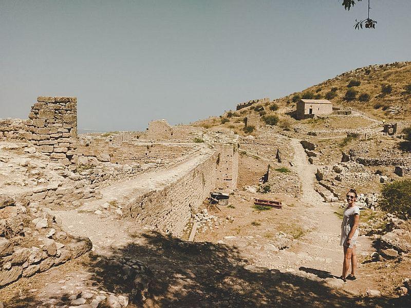 Wandern durch alte Ruinen in Griechenland
