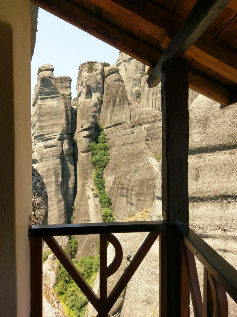 Große Felsformationen vor dem Kloster Agios Nikólaos Anapavás