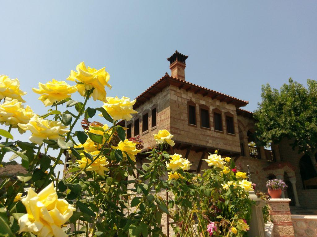 Wunderschöne Blumen im Garten des Varlaám Klosters