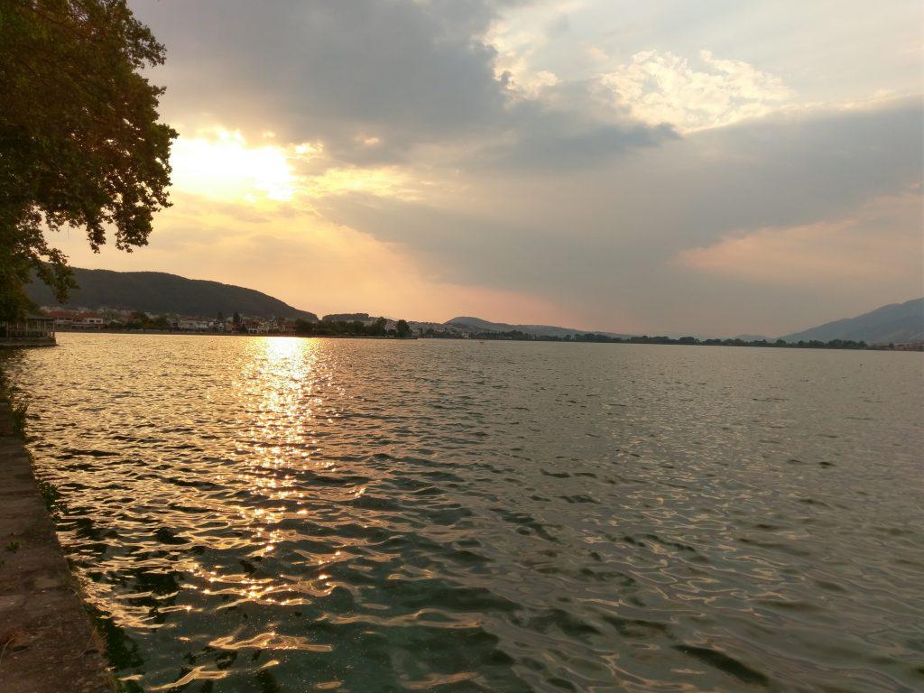 Sonnenuntergang auf dem Pamvotida-See