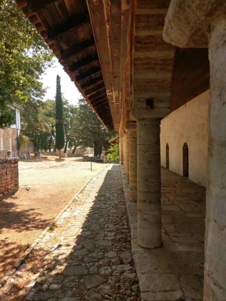 Auf dem Gelände der Aslan-Pascha Moschee