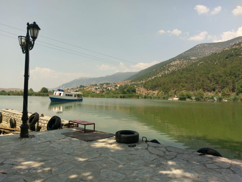 Kleine Anlegehafen auf der Insel Nisi