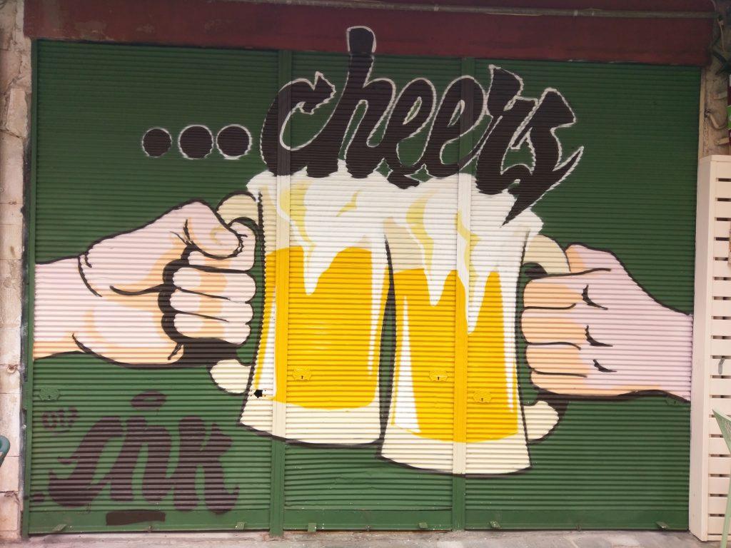 Streetart vor einer Bar