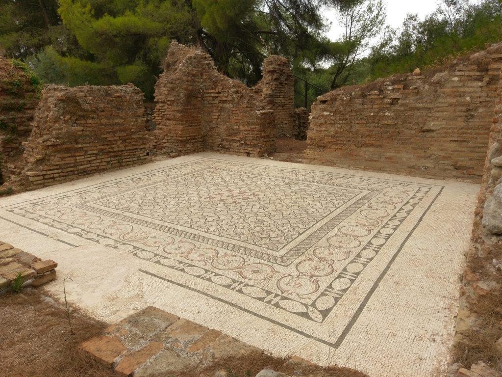 Gut erhaltener Mosaikboden eines ehemaligen Badehauses