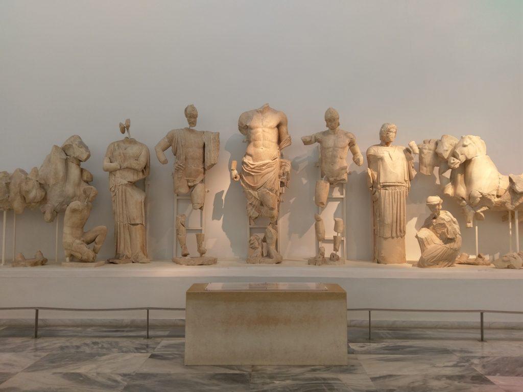 Skulpturen und Ornamente des Zeus-Tempels