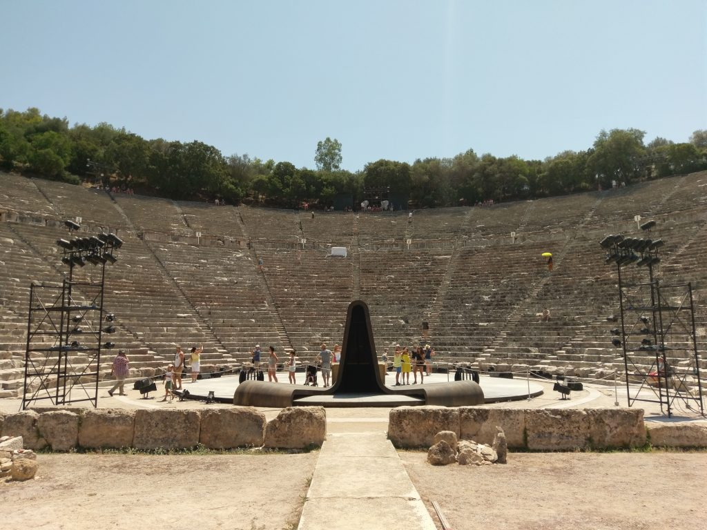 Ein Blick auf die Bühne und die sich anschließenden Sitzreihen