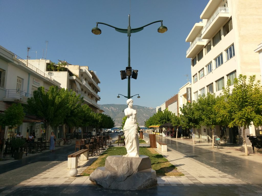 Die kleine Flaniermeile auf dem Weg zum Korinther Hafen
