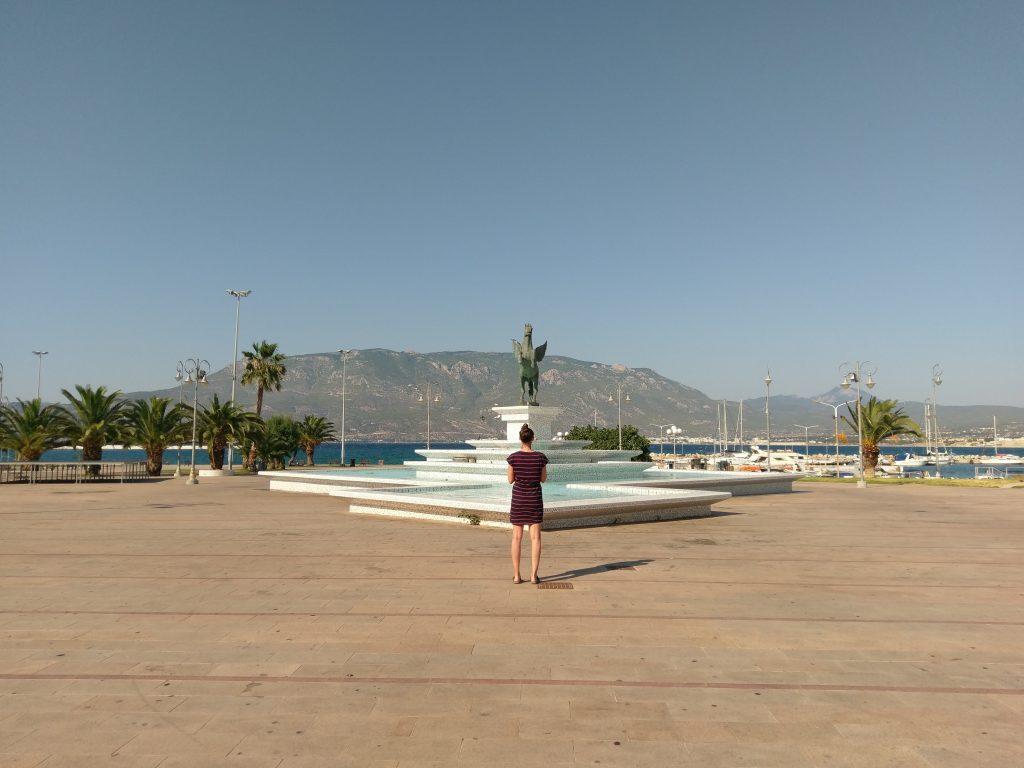Auf dem großen Platz am Korinther Hafen