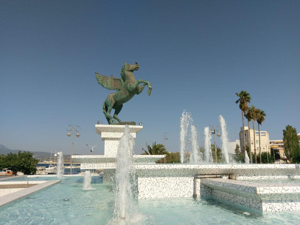 Der imposante Springbrunnen am Platz