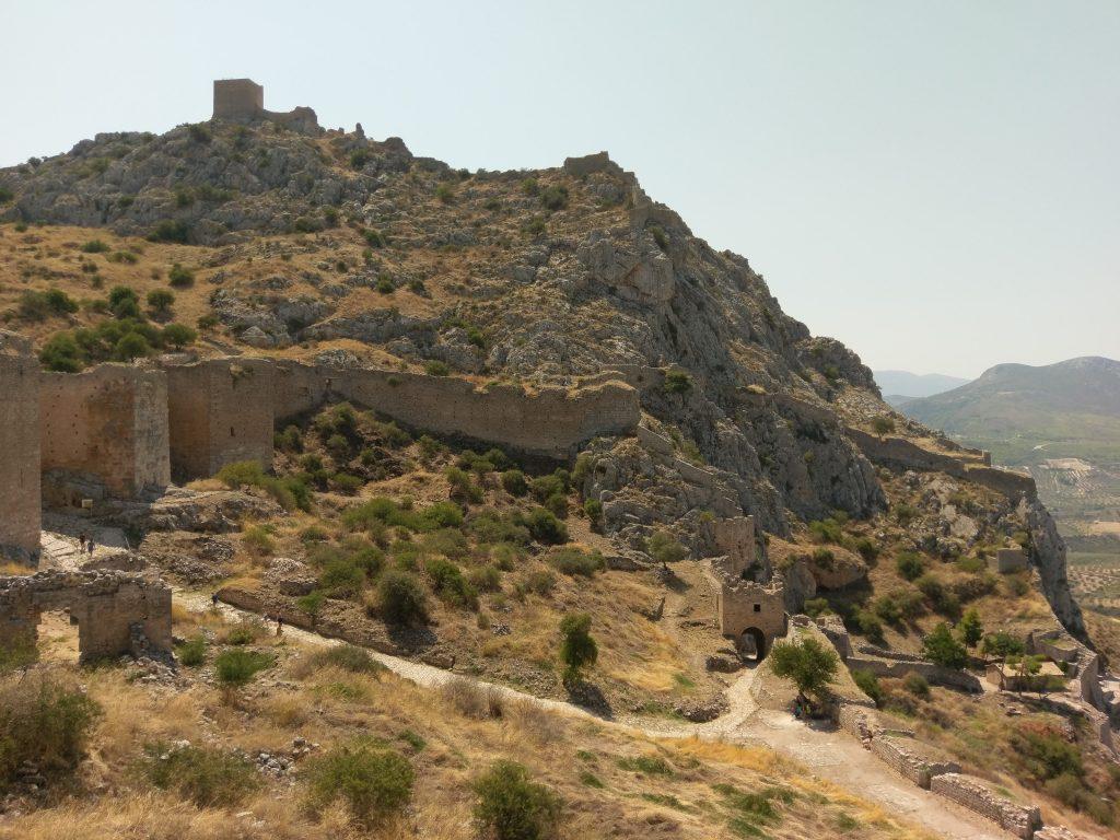 Die Ruinen auf den steilen Bergfelsen