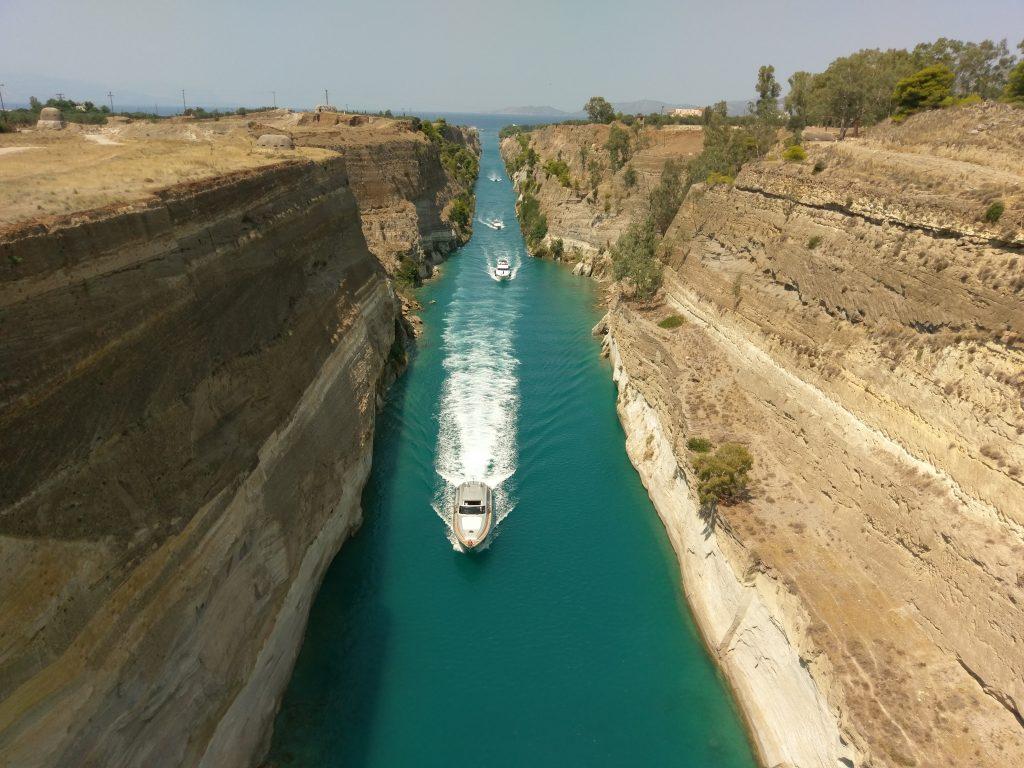 Boote fahren durch den schmalen Kanal
