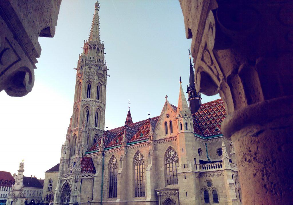 Die Matthiaskirche mit ihren bunten Dachziegeln