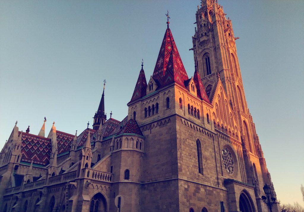 Die Matthiaskirche im Licht der untergehenden Sonne