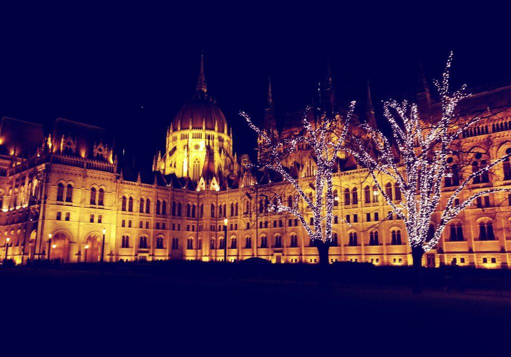 Das Parlamentsgebäude von der Seite betrachtet