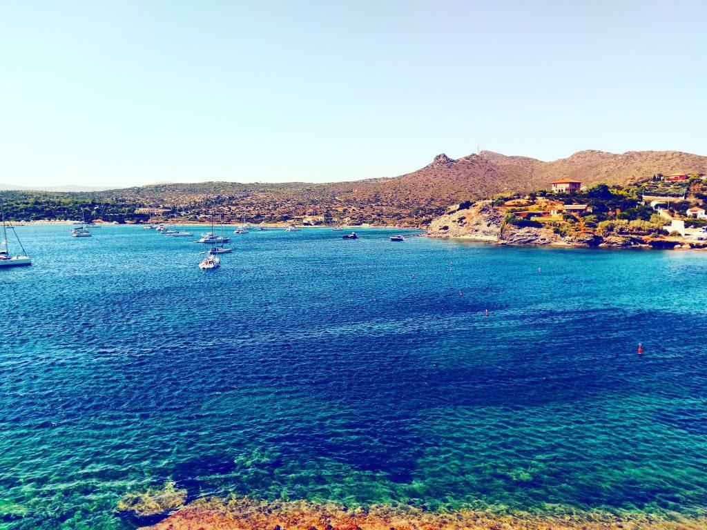 Türkisblaues Meer am und um den Poseidontempel