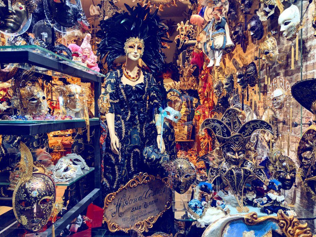 Echtes venezianisches Handwerk - einer der zahlreichen bunt geschmückten Maskenläden