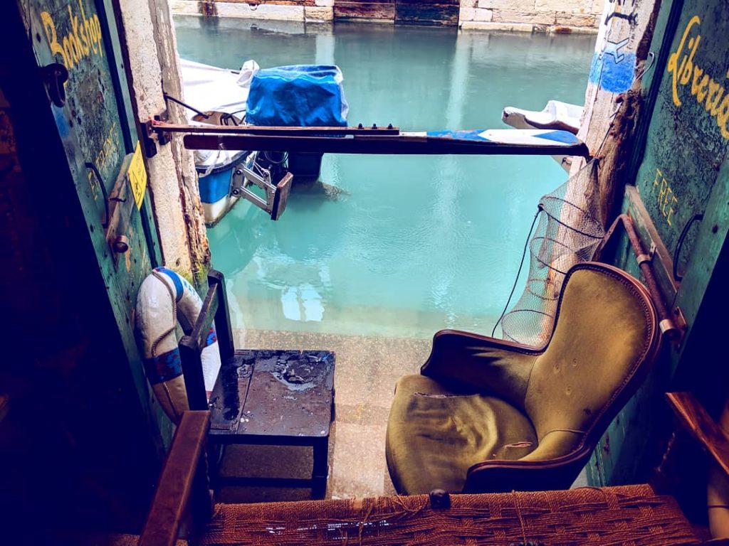 Ein gemütliches Plätzchen zum Lesen - Venedig mit beginnendem Hochwasser