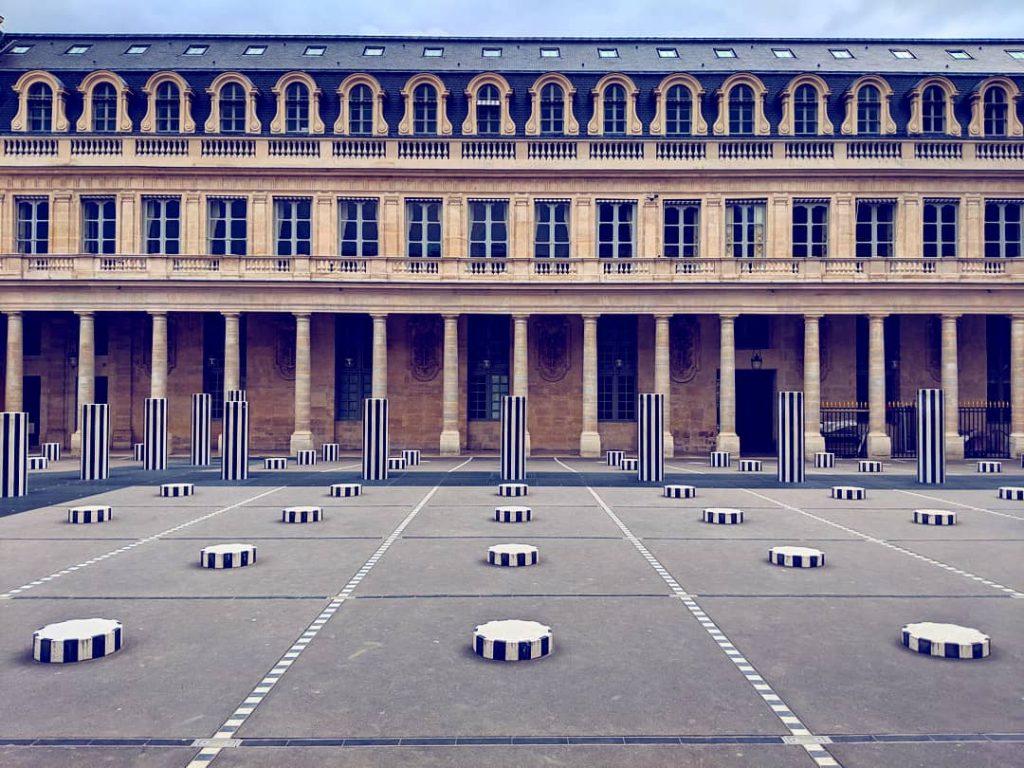 Die berühmten gestreiften Säulen im Palais Royal