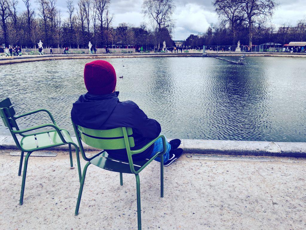 Roman entspannt im Jardin des Tuileries