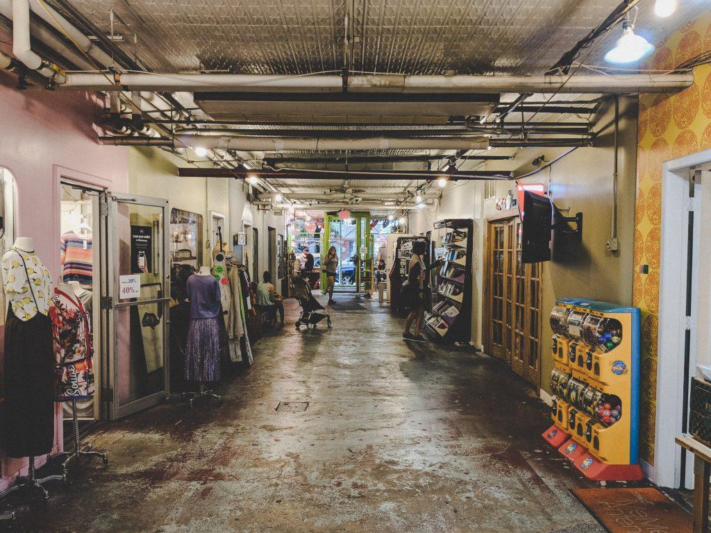 Eine Passage voll mit Second Hand Geschäften