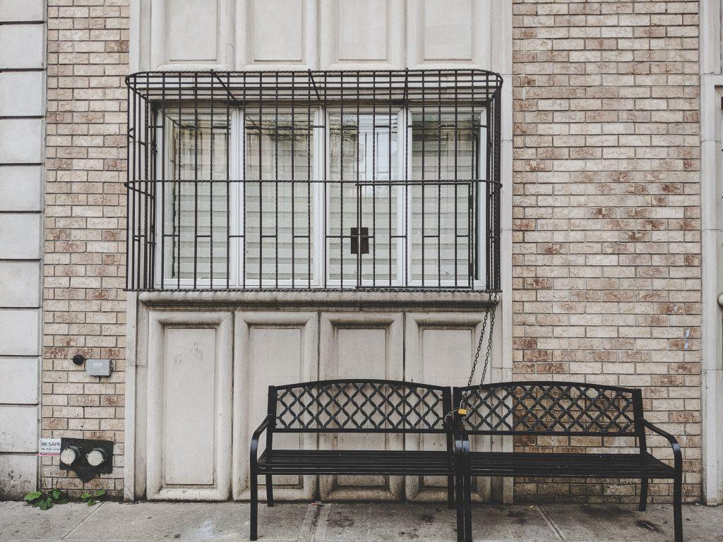 """Fenster mit kleinen """"Käfigen"""""""