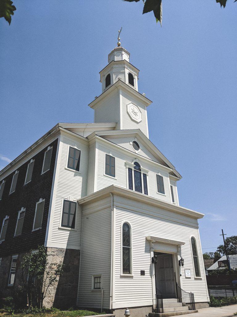 Darf auch in Newport nicht fehlen: Die weißen Neuengland Kirchen