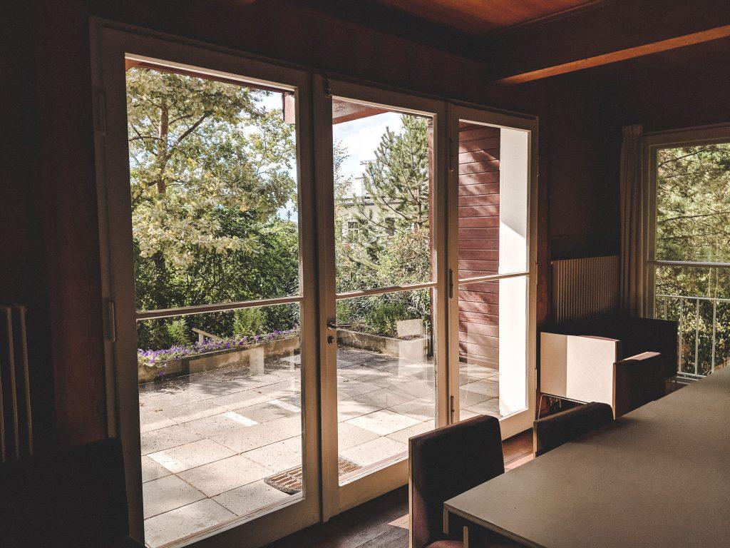 Der Wohnzimmerblick auf die Terrasse und in den Garten