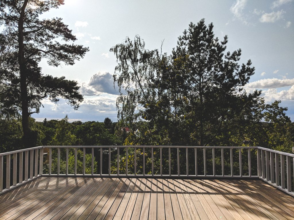 Eine riesige Terrasse lädt zum Sonnenbaden ein