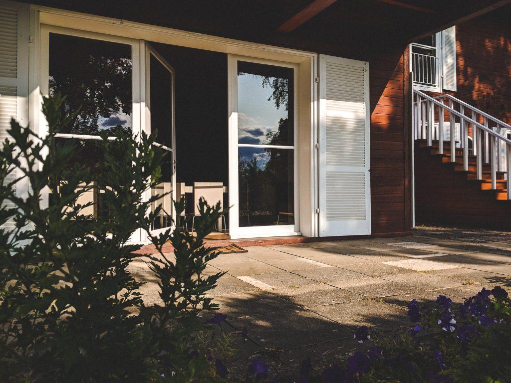 Gemütliches Plätzchen - Die große Terrasse am Haus