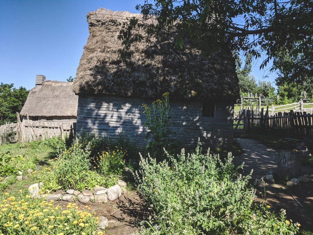 Die Häuser bestehen überwiegend aus Holz, Steinen, Lehm und Strohdächern