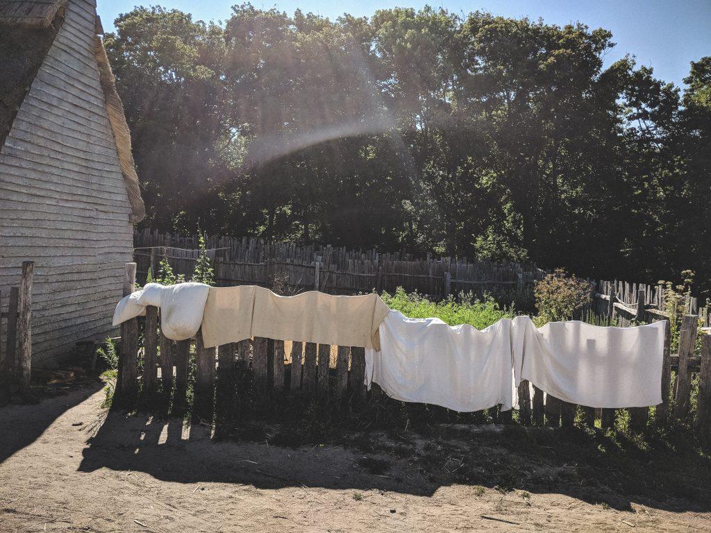 Gewaschene Bettbezüge trocknen auf den Zäunen