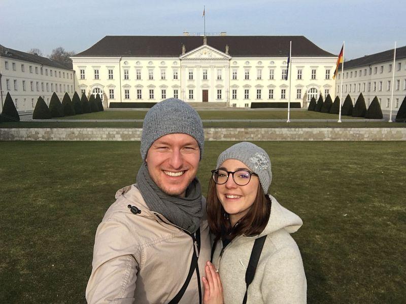 Vor dem Schloss Bellevue