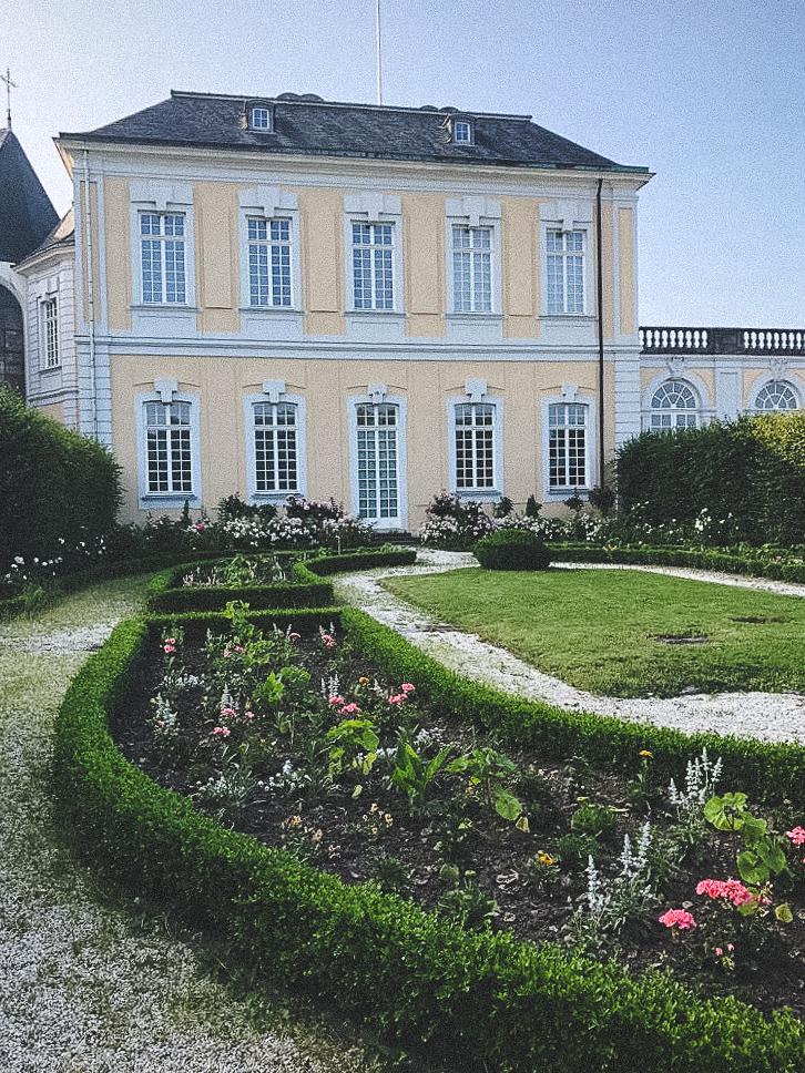 Die Orangerie und Jardin Secret aus dem Jahre 1971 an der Südseite von Schloss Augustusburg