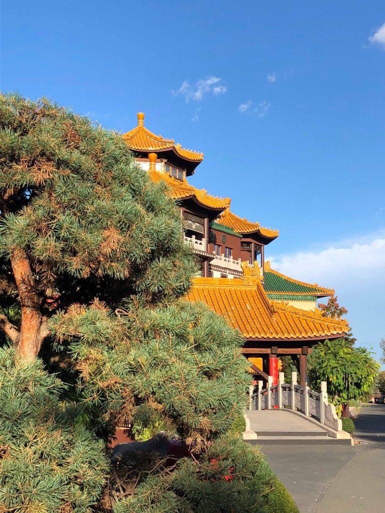 Eingang ins asiatische Themenhotel Ling Bao
