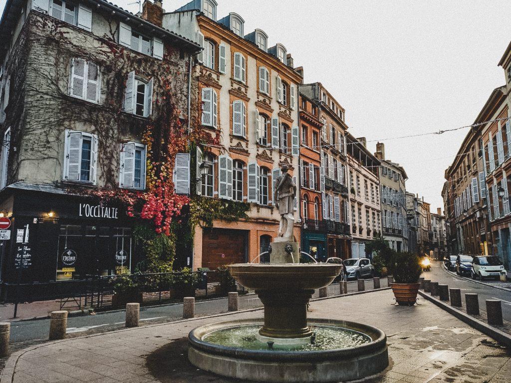 Wunderschöne Häuserfassaden in Toulouse // Foto: Monika Eckert