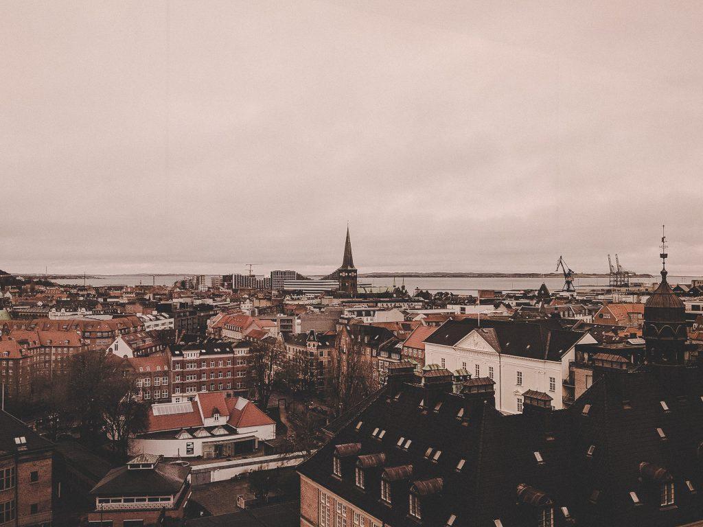 Blick auf die Innenstadt durch orangegetönte Scheiben