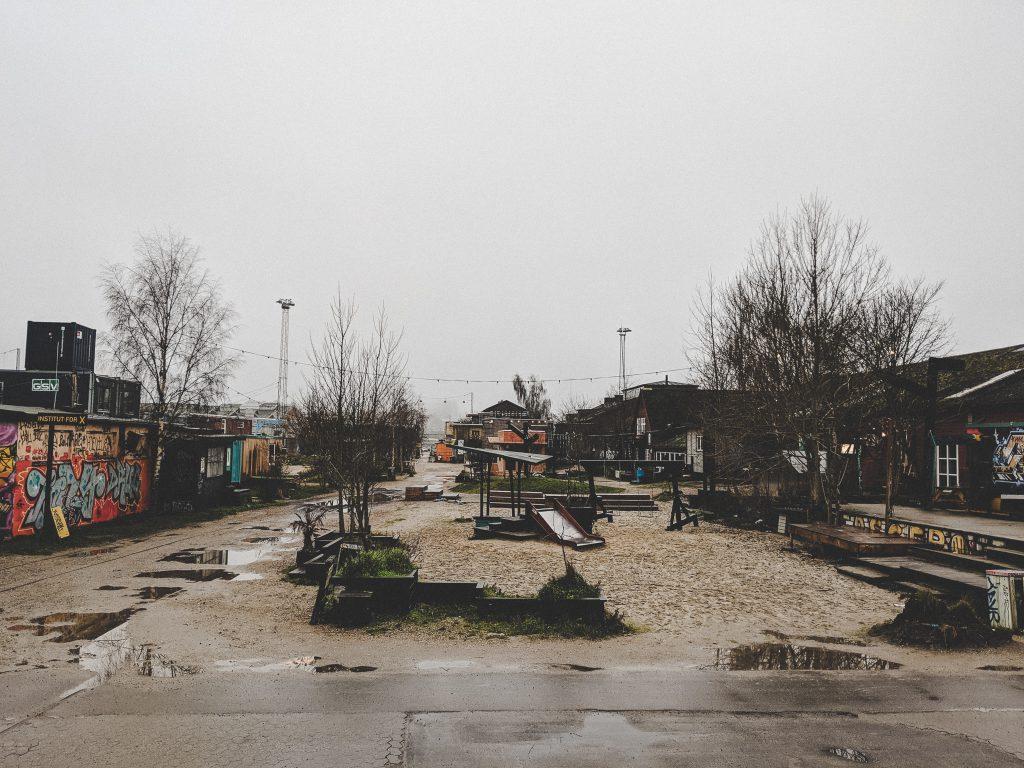 Das Gelände wirkt im Winter etwas trist und verloren