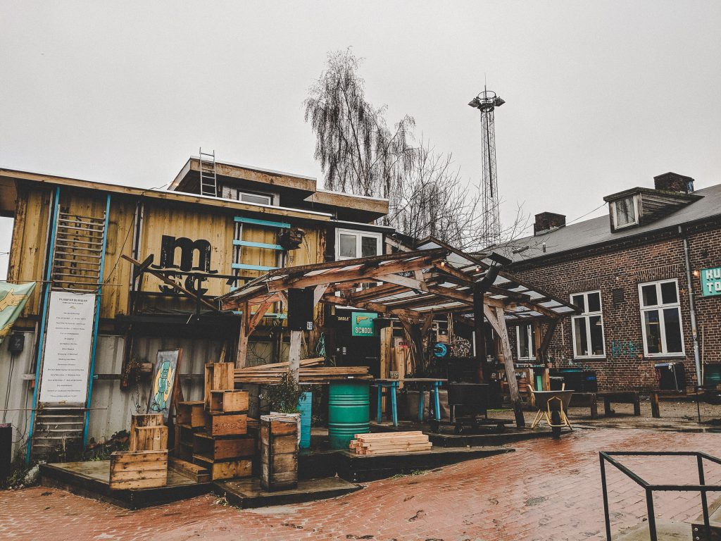 Bunte selbstgebaute Holzhäuser