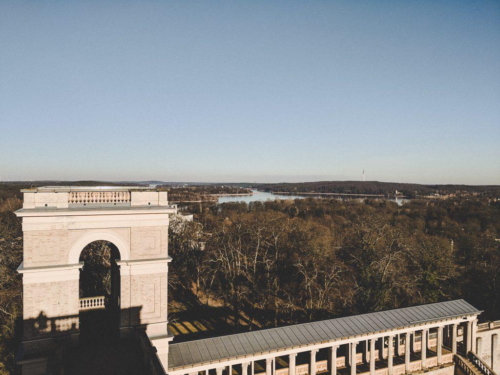 Der Blick auf den Ostturm und die umliegende Natur