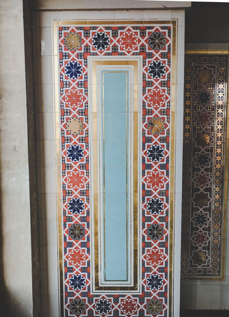 Die bunten und goldenen Mosaikfliesen im maurischen Kabinett