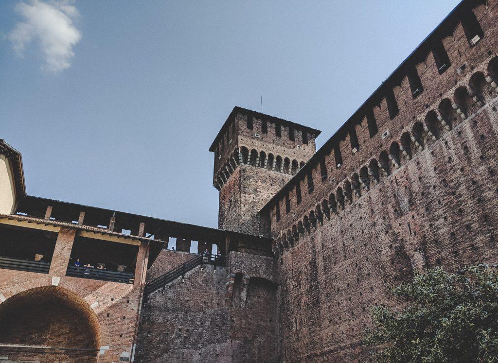 Die Festungsmauer aus rotem Backstein