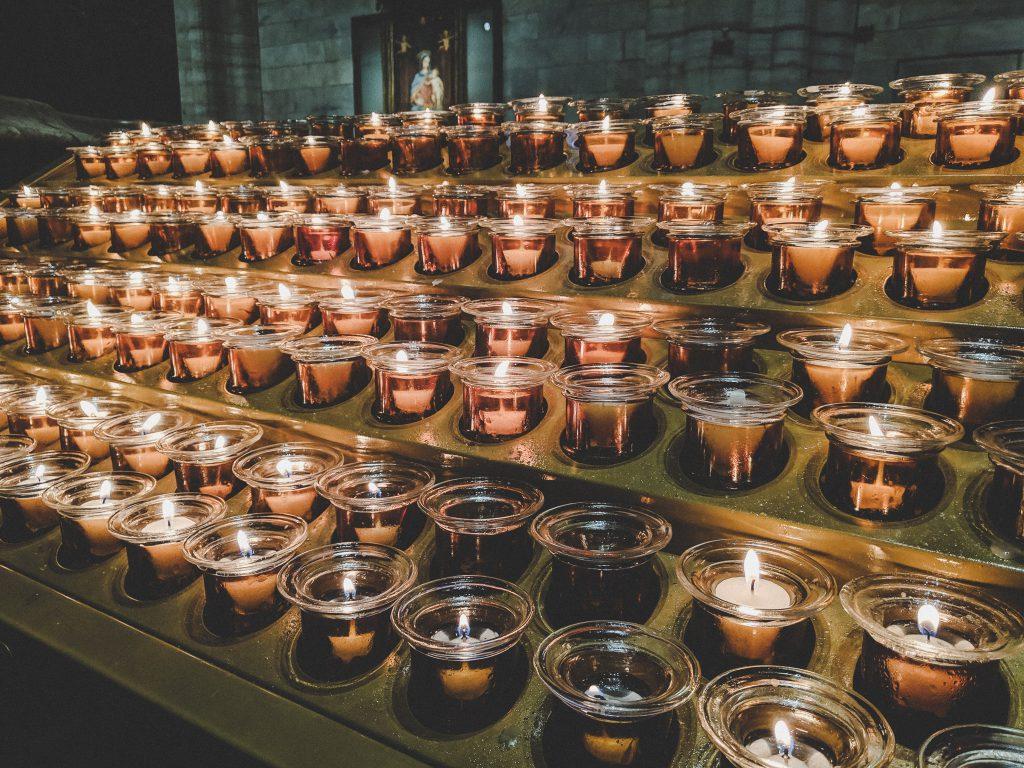 Ein Lichtermeer aus Kerzen im Mailänder Dom