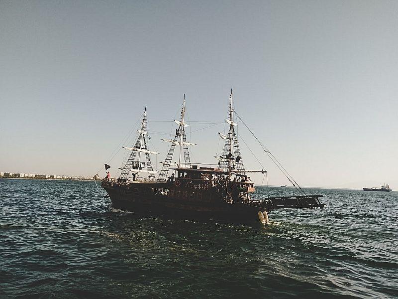 Ausflugsschiff auf dem Meer