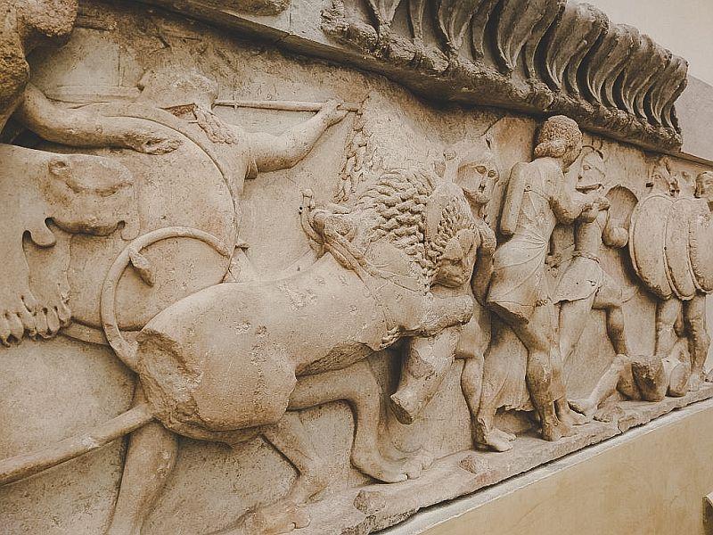 Ein antikes Exponat im archäologischen Museum von Delphi