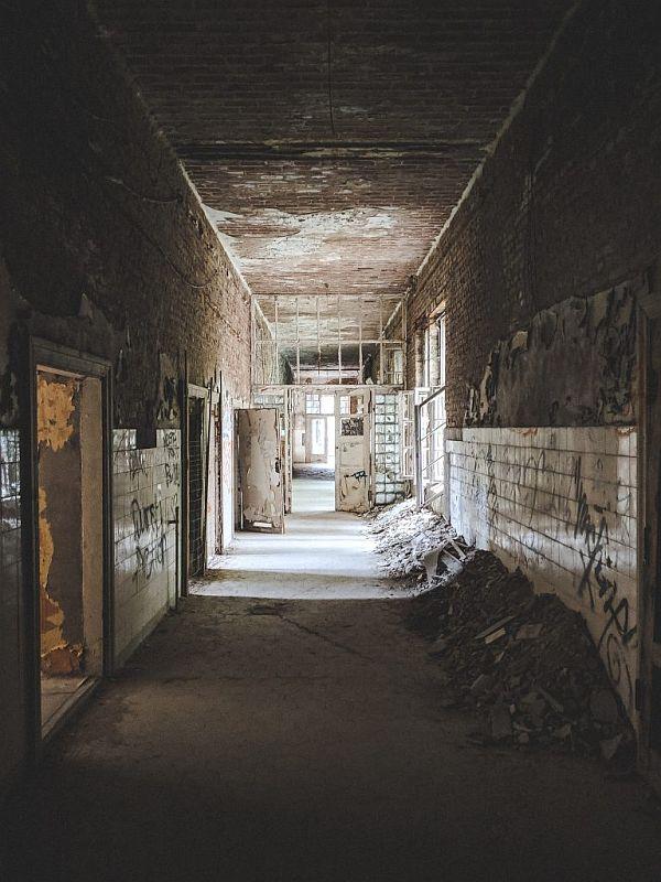 Der Blick in einen der zahlreichen Flure in der Chirurgie der Beelitzer Heilstätten