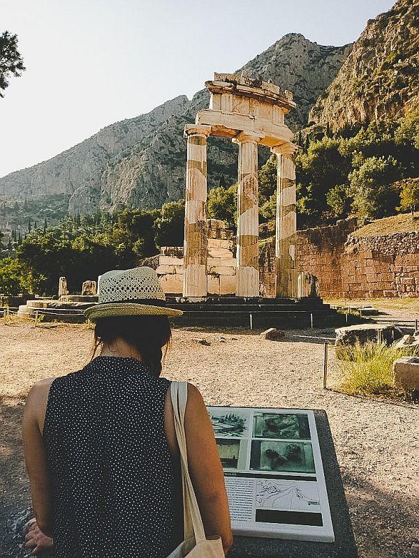 Vor dem Tholos aus Marmor in delphi