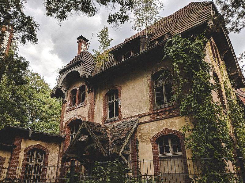 Ein verlassenes Haus auf dem Areal der Beelitzer Heilstätten