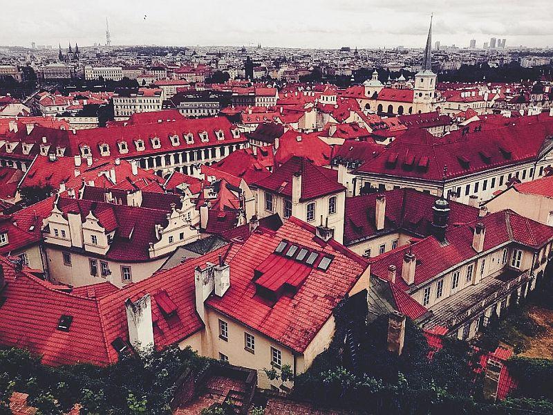 Der Ausblick auf die roten Ziegeldächer von Malá Strana