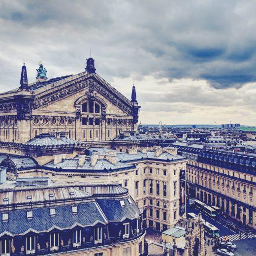 Hoch oben über Stadt - der Blick auf Paris