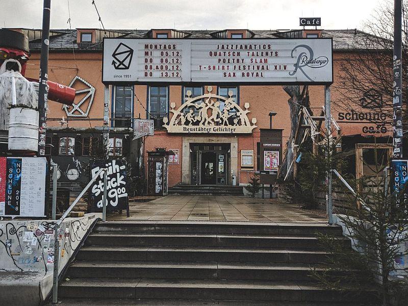 Der Eingang zum Scheuncafé in Dresden
